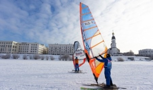 Петля против ветра: в Архангельске начались соревнования по зимнему виндсерфингу