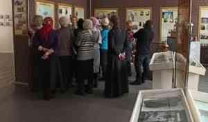 «Не забывать о тех, кто валил лес и строил дороги»: краевед Ольга Воронова провела экскурсию в новодвинском музее новомучеников