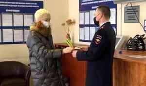 Поздравления с 8 марта получили посетительницы Управления по вопросам миграции Архангельской области