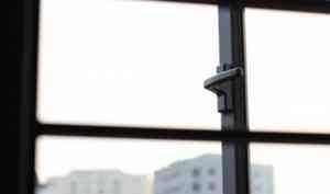 В Сольвычегодске полуторагодовалый малыш выжил после падения с пятого этажа