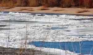 Видео: в Каргопольском районе большегруз упал с моста в реку