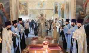Митрополит Корнилий совершил утреню с чтением Акафиста Пресвятой Богородице в Ильинском кафедральном соборе Архангельска