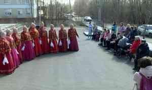 Артисты Северного хора поздравили с Днём Победы ровесника своего коллектива Алексея Трофимова