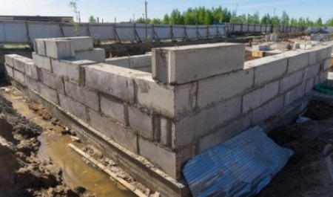 На 1-й очереди ЖК «МОРЕПАРК» монтируют фундаментные стеновые блоки