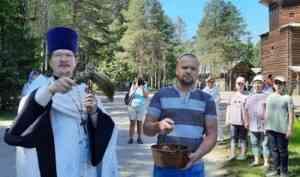 Священник Владимир Логинов освятил воду в музее под открытым небом «Малые Корелы»