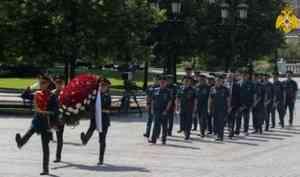 Руководство и сотрудники МЧС России возложили цветы к Могиле Неизвестного солдата