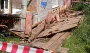 Архангельский следком проверит информацию осходе сосвай деревянного дома, непризнанного аварийным