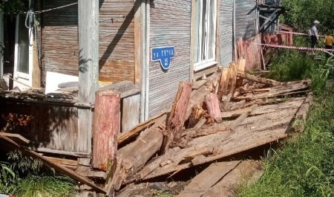 В Архангельске со свай сошёл не признанный аварийным дом