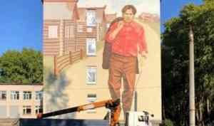 Стрит-арт с Федором Абрамовым украсил стену школы в Северном округе Архангельска