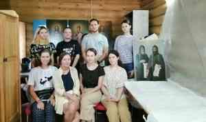 Студентки художественного института имени Сурикова отреставрировали кенозерские иконы на холстах