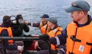 В Охотском море водолазы МЧС России обследуют затонувшее судно «Профессор Моисеев»