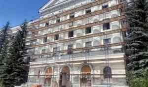 В Архангельске спиленные у здания бывшего Штаба армии ели пустят на арт-объекты