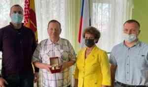 Почетному жителю Вельска Энгельсу Лопатину вручены именные часы губернатора Архангельской области