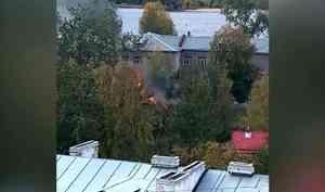 НаСоломбальской набережной вАрхангельске врайоне улицы Челюскинцев горели хозяйственные постройки