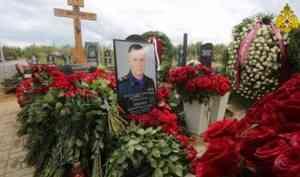На Северном кладбище Санкт-Петербурга почтили память трагически погибшего главы МЧС России Евгения Зиничева