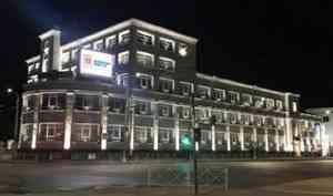 Фотофакт: в Архангельске зажглась архитектурная подсветка на здании почтамта