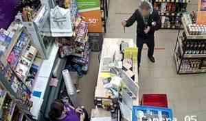 Фотофакт: мужчина с ножом грабит алкогольный магазин в Новодвинске
