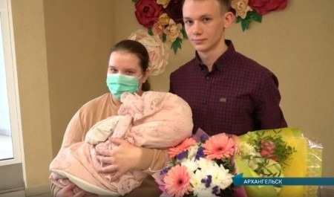 В Архангельске выписали из больницы малышку, родившуюся весом в 480 грамм