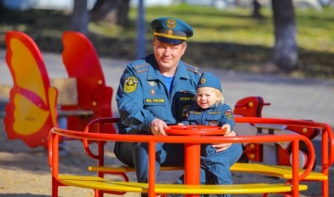 МЧС России поздравляет своих сотрудников с Днем отца