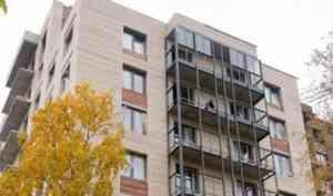 В ЖК «Искра Парк» ведется монтаж витражей балконов