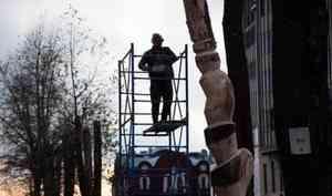 УДворца спорта вАрхангельске художник изцельного куска дерева создаёт поморскую куклу панку
