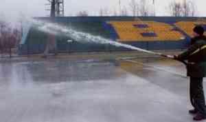 На стадионе «Труд» столицы Поморья заливают лед