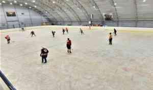 На стадионе «Труд» в Архангельске начали заливать лёд
