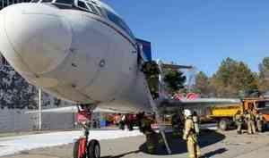 Действия по тушению возгорания на воздушном судне отработали пожарно-спасательные подразделения в аэропорту Хабаровска