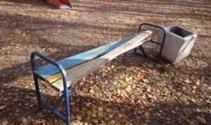 Администрация Архангельска разыскивает вандалов, сломавших сульфатские скамейки