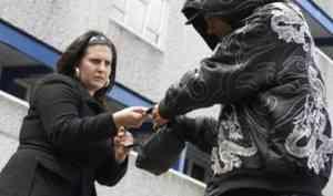 В Архангельске поймали вора, отобравшего у женщины сумку