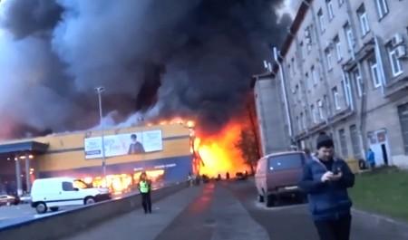 В Санкт-Петербурге обрушилась крыша горящего гипермаркета «Лента»: подробности в режиме онлайн