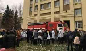 На площади у кинотеатра «Мир» в Архангельске люди в белых халатах навели суматоху