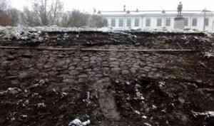 Архангелогородцы организовали петицию, чтобы сохранить старинную брусчатку в Петровском сквере