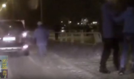 В Северодвинске ищут водителя, который ударом сбил с ног пенсионерку, попортившую его машину тростью