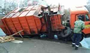 Пользователи соцсетей обсуждают ушедший под асфальт мусоровоз в Архангельске