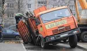 «А ведь в «аварийку» звонили»: в Архангельске под асфальт провалился мусоровоз