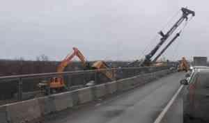 На стройке моста через Исакогорку в районе Тойнокурья упал копер