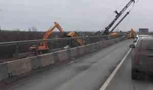 На мосту через Исакагорку в Архангельске рухнула машина для забивания свай