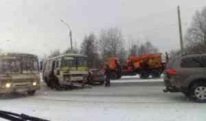 «Занесло на повороте»: на Маймаксанском шоссе столкнулись три легковушки и автобус