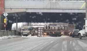 ДТП с участием грузовика и «ПАЗика» затруднило движение на Ленинградском проспекте