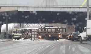 В Архангельске грузовик с трубами вывалил груз на пассажирский автобус