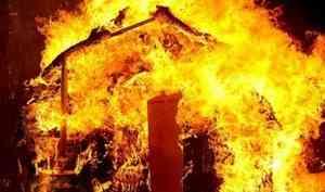 В Котласе при пожаре в деревянном доме взорвался газовый баллон