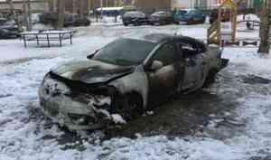 В центре Архангельска подожгли автомобиль: пострадало еще две машины