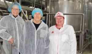 Французская писательница посетила Архангельский молочный завод
