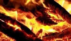 В Архангельске горит нежилой дом