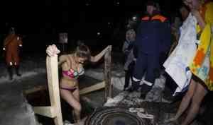 «Тело горит», 100 рублей за вход и поиск церкви: как северяне искупались в Крещенскую ночь