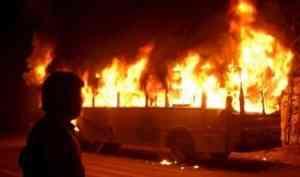 Автобус загорелся на улице Партизанской в Архангельске