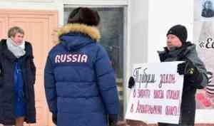 Игоря Орлова в Каргополе встретили активисты, выступающие против московского мусора