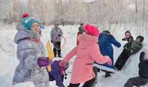 Гонки на ватрушках и бегство от Деда Мороза: юные архангелогородцы спортивно отметили Крещение