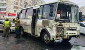 Восемь человек получили травмы в ДТП с участием двух автобусов в Архангельске